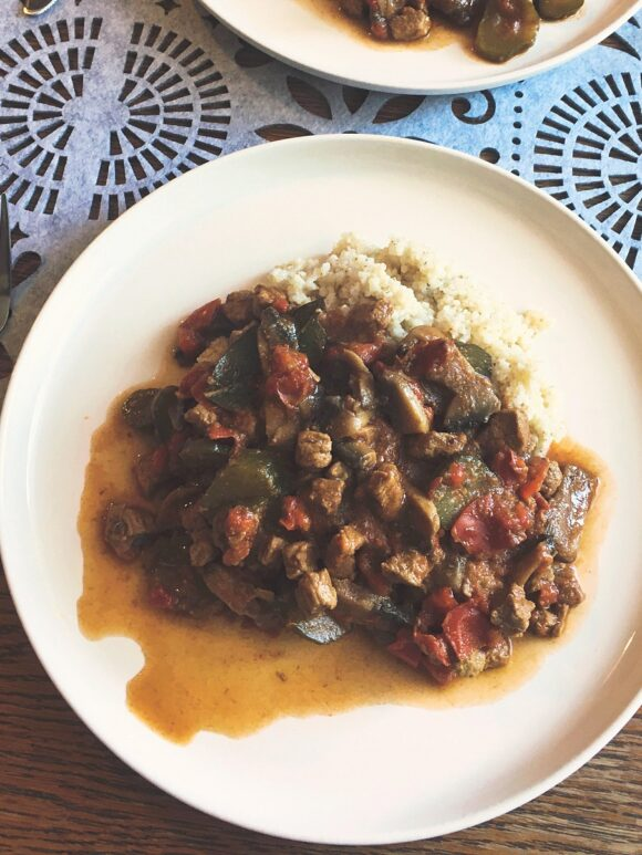 Fit przepisy na obiad: dietetyczny gulasz wołowy z kaszą