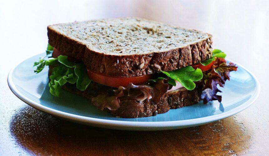 przepis na zdrowe sniadanie kanapka z wedlina i warzywami